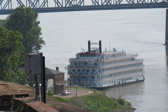 Bluff Park: The Mighty Mississipi flows near-by.