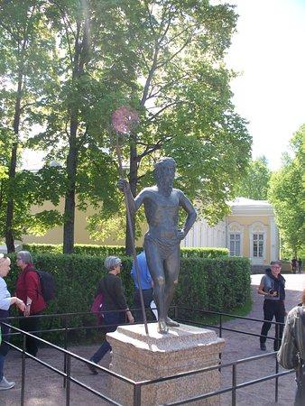 Monplaisir Historical Palace Museum: statua di Nettuno