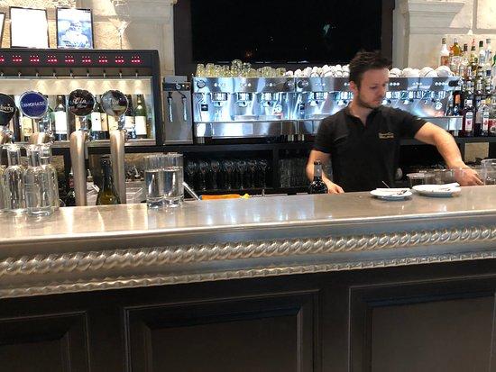 Grand Café Malarte: הברמן