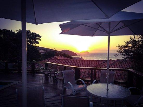Buzios Mar Hotel: Nossa piscina com vista para a deslumbrante Praia de João Fernandes e pôr do sol