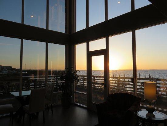 Cannery Pier Hotel: Pristine lobby