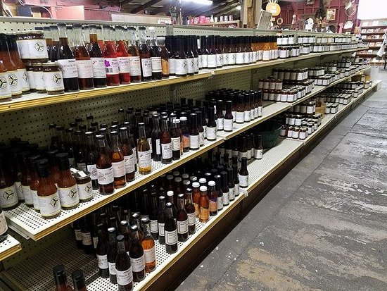 Oak Glen, كاليفورنيا: Large selection of syrups, jams, jellies, sauces and butters, and lots of them open for free sam