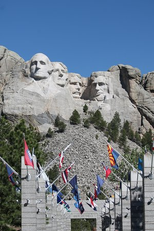 Mount Rushmore National Memorial: Avenue of Flags and Mount Rushmore