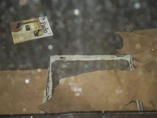 Novotel Lisboa: Foto do descaso, buraco coberto com papel fino!