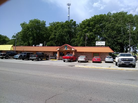 Marietta, OK: When I left La Roca the parking lot was packed and there is overflow around the back