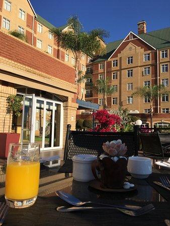 Protea Hotel Pretoria Centurion: Breakfast on the tables outside