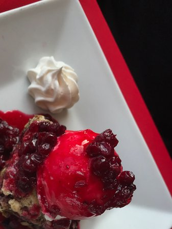 The Lightkeeper's Seafood Restaurant: Partridge berry date square ... a yummy 2nd place on the desserts.
