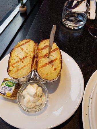 Carne Argentina: De mooi gepofte en gegrilde aardappel met zure room