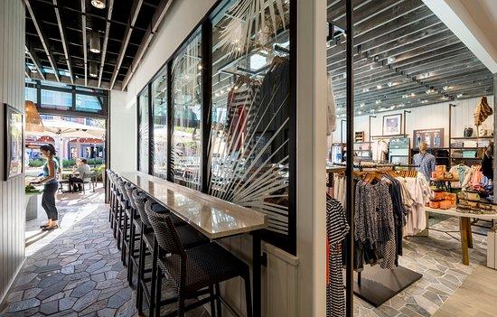 Tommy Bahama Marlin Bar: Interior Bar