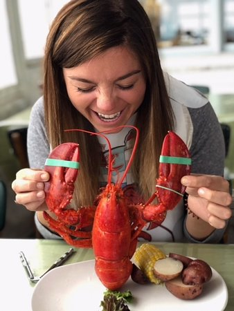 Lobster Pound Restaurant : Elle thats not how you eat a lobster!