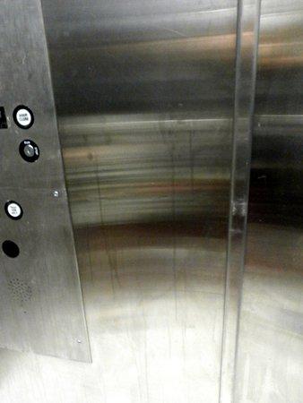 Iris Garden Inn : Inside elevator doors