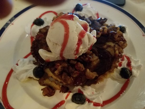 Pelican Cafe : apple crumb cake with gelato