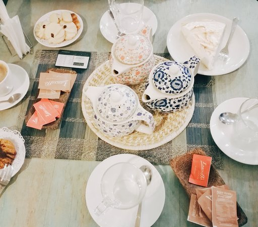 Mirta café-emporio: té verde, negro y rojo, café americano, pay de limón porción de galletas todo por $8.200LP (12US