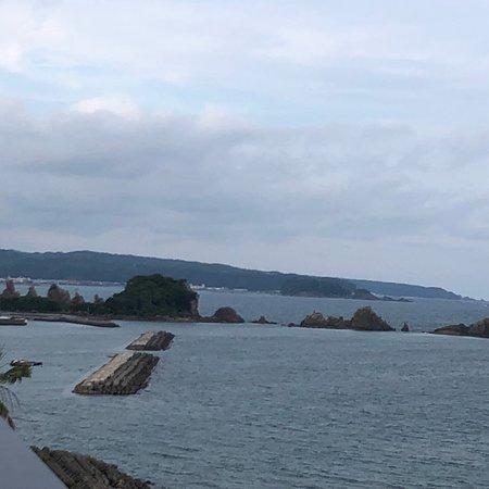 浦島ハーバーイン, 元浦島ハーバーは四月から大江戸温泉物語串本に変わってますよ! 5階建の屋上から見える橋杭岩です! あさには朝日が昇る様子がしっかり見れます 朝晩のバイキングの美味しい事‼️ 特にマグロの解体シ