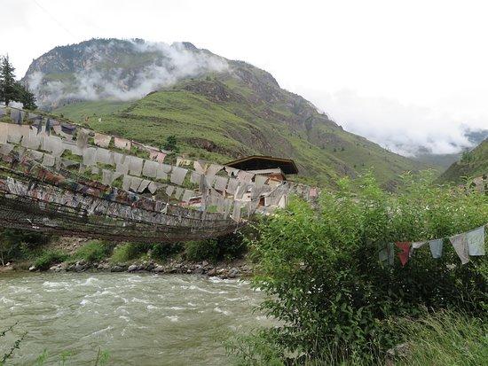"""Tachogang Lhakhang Bridge: ตามราวสะพานจะห้อย""""ธงมนตรา""""เต็มไปหมดครับสวยดีครับ"""