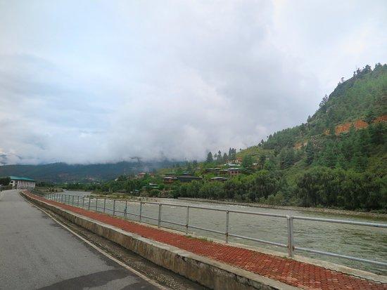 Paro River: สถานที่สำคัญต่างๆ รวมถึงบ้านเรือนมักจะสร้างอยู่ริมแม่น้ำลำคลอง ครับ