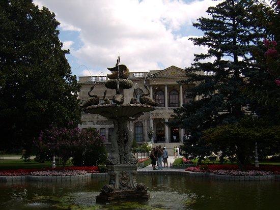 พระราชวังโดลมาบาชเช่: Дворцовый парк.