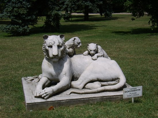 พระราชวังโดลมาบาชเช่: Мраморная кошка с котятками.