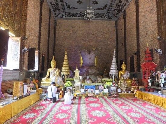 Wat Pra Dhat Pha-Ngao : 3礼拝堂での参拝者
