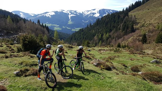 Scheffau am Wilden Kaiser, Austria: Riding up the hills to Kaiser alm.
