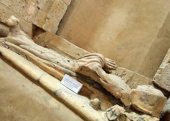 Eglise Notre Dame de l'Assomption : Gisant situé dans la nef