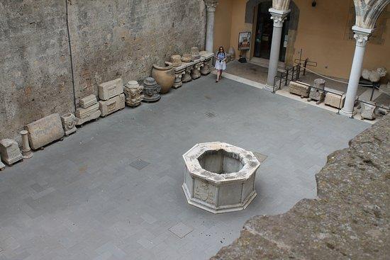 Museo Nazionale Tarquiniense: Pozzo situato all'interno del cortile del museo