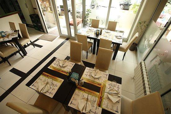 Jadica Fish & Grill: Inside