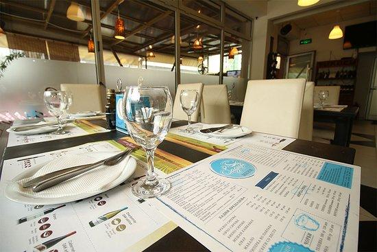 Jadica Fish & Grill: Tables
