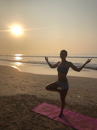 Freedom Surf School : Sunrise yoga - the perfect Surf warm up.
