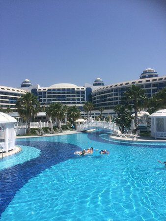 Sueno Hotels Deluxe Belek: Pool with hotel in background