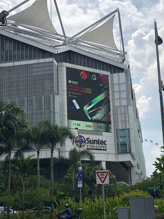 Carlton Hotel Singapore: Suntec is within walking distance in Marina area