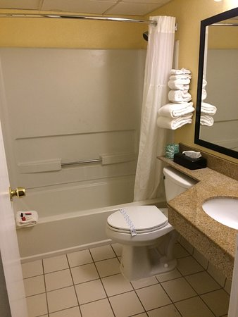 Leominster, MA: clean bathroom