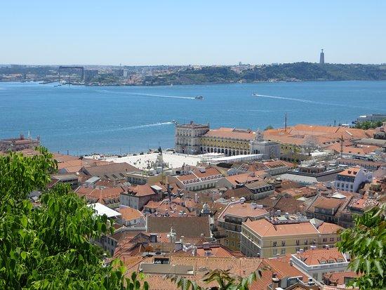 ปราสาทเซนต์จอร์จ: View over the city and River Tagus