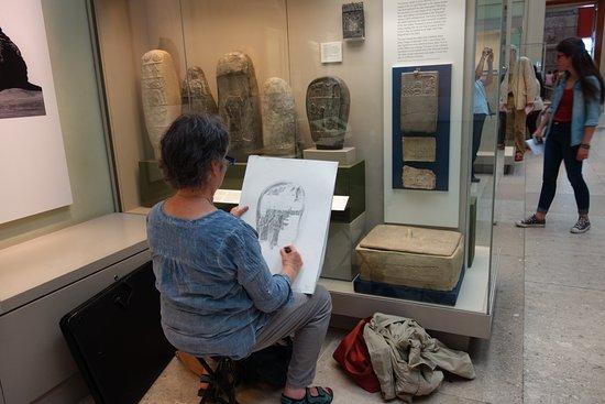 บริติชมิวเซียม: 作品を模写してミュージアムを楽しむ人