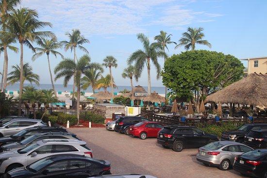 Outrigger Beach Resort: Blick zur Poolbar und Strand
