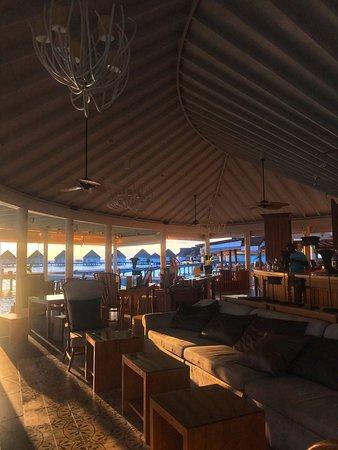 เซ็นทารา แกรนด์ ไอส์แลนด์ รีสอร์ท แอนด์ สปา มัลดีฟส์: Lobby Bar- Centara Grand Maldives - andtheadventurecontinues.ie review
