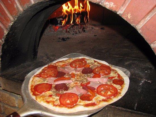 Olivia Pizza: Наша пицца приготовлена по традиционным итальянским рецептам в настоящей дровяной печи!!!