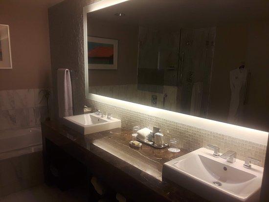 Fairmont Pittsburgh: Presidential Suite Bathroom
