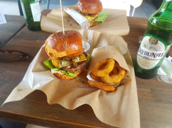 Piotrkow Trybunalski, Poland: Redhotburger plus krążki cebulowe. Burger na 5 😁