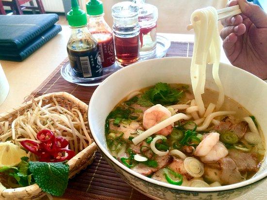 Vinasia: Udon Reisnudeln mit Garnelen und Scheiben vom gerösteten Schwein