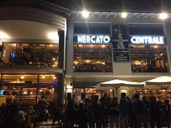 Mercato Pratola Centrale: foto notturna