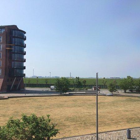 Im-Jaich Hotel Bremerhaven: Schöne Lage zwischen Hafen und Weserdeich, aber im 1. Stock hilft ein Fernglas noch nicht wirkli