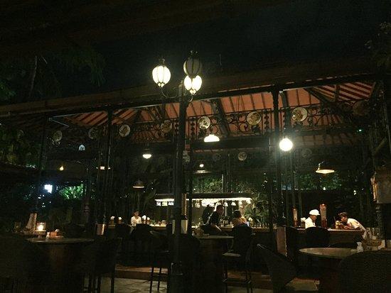 Made's Warung: restaurant's bar