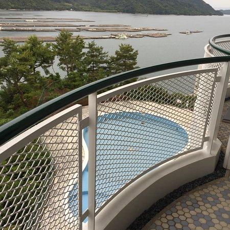 Aki Grand Hotel & Spa: Lobby impressionnant  Grandes chambres  Vue sur aquaculture huîtres : attention moustiques !