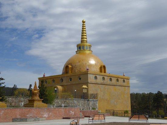 Datsan Rinpoche Bagsha: Eine der beiden Stupas auf dem Weg zum Tempel
