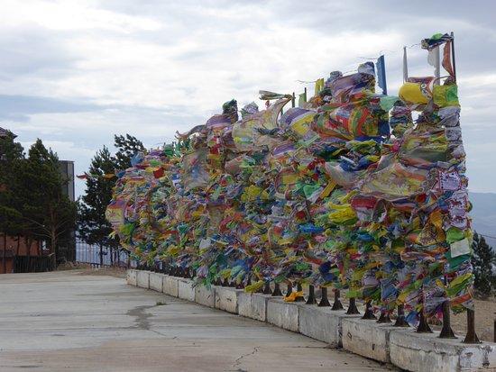 Datsan Rinpoche Bagsha: Bunte Tücher wehen im Wind