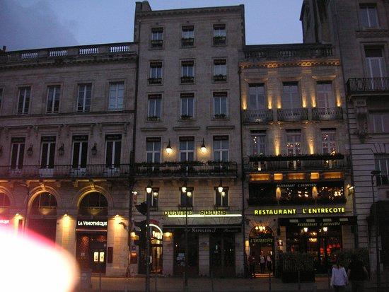 Hotel des 4 Soeurs: vue le soir de l'hôtel , restaurant en bas à droite