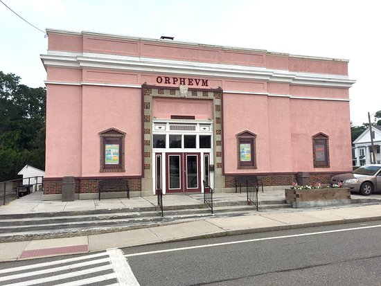 Foxboro, MA: This is a photo of the front of the historic theater, directly across the street from town squar