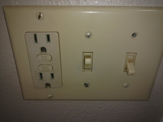 Tropical Seas Hotel: Dirty light switch in bathroom