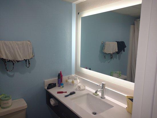 Tropical Seas Hotel: Nice updated vanity and mirror